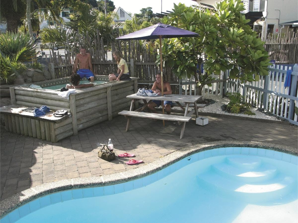 Base派希亚背包客旅馆的游泳池