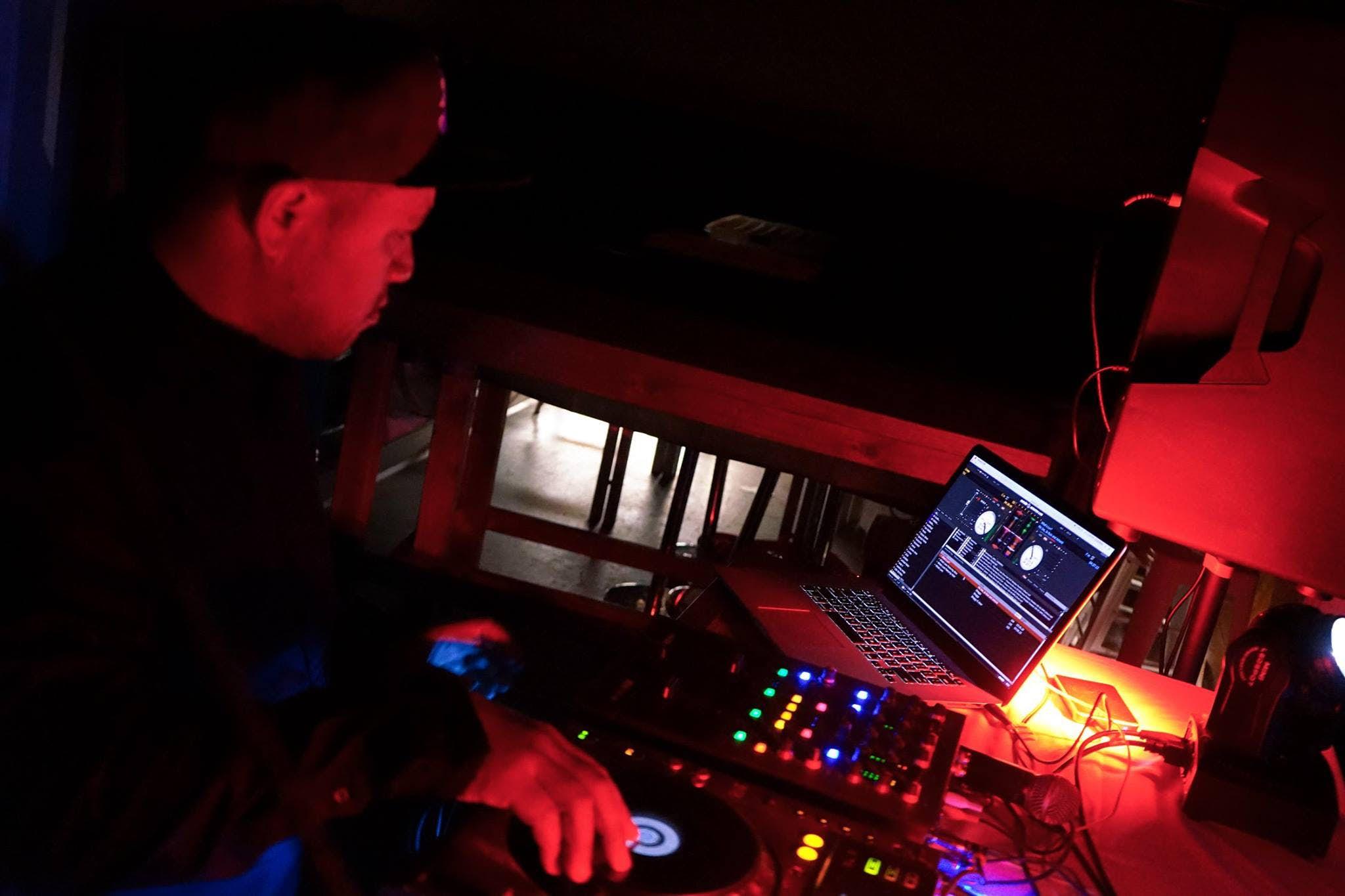 现在DJ在Base陶波背包客旅馆的element bar