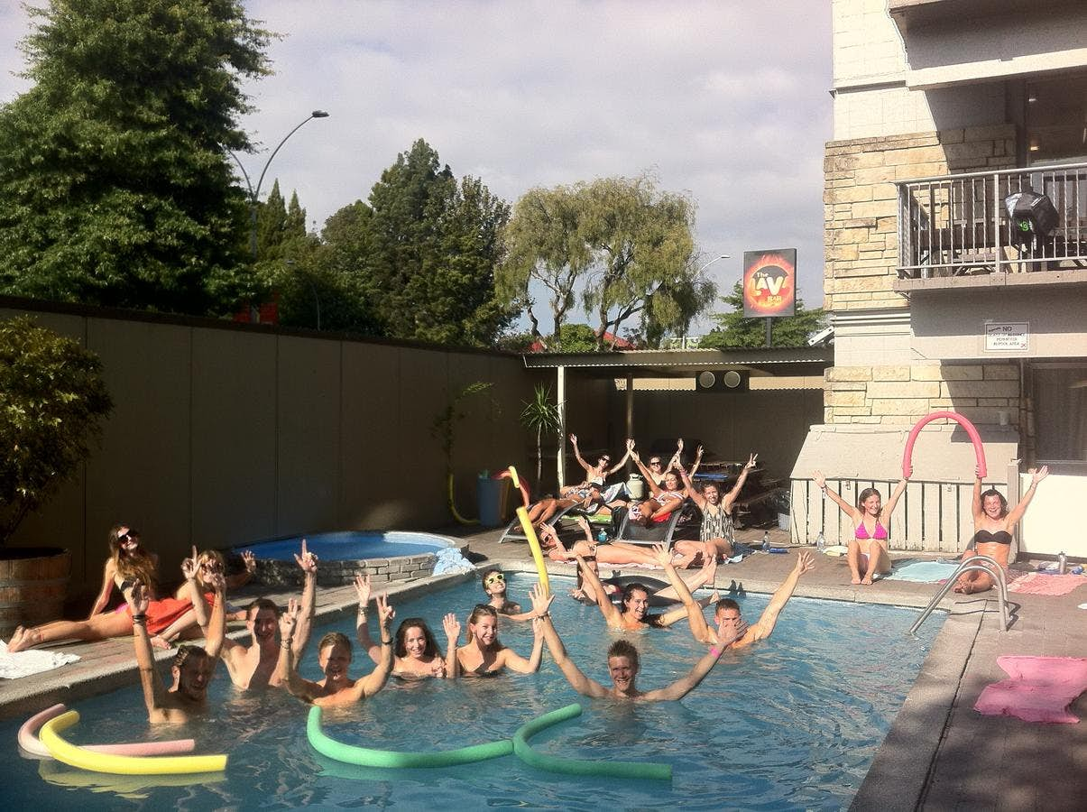 Base罗托鲁阿背包客旅馆的泳池派对