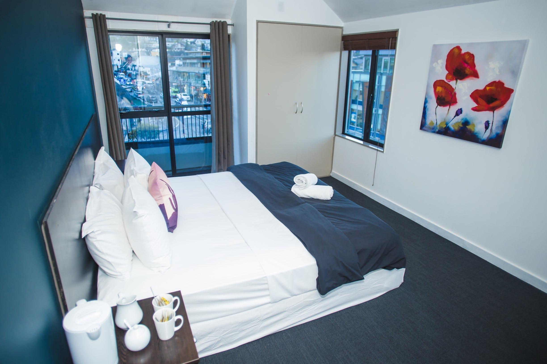 Base皇后镇背包客旅馆的私人大床双人套房