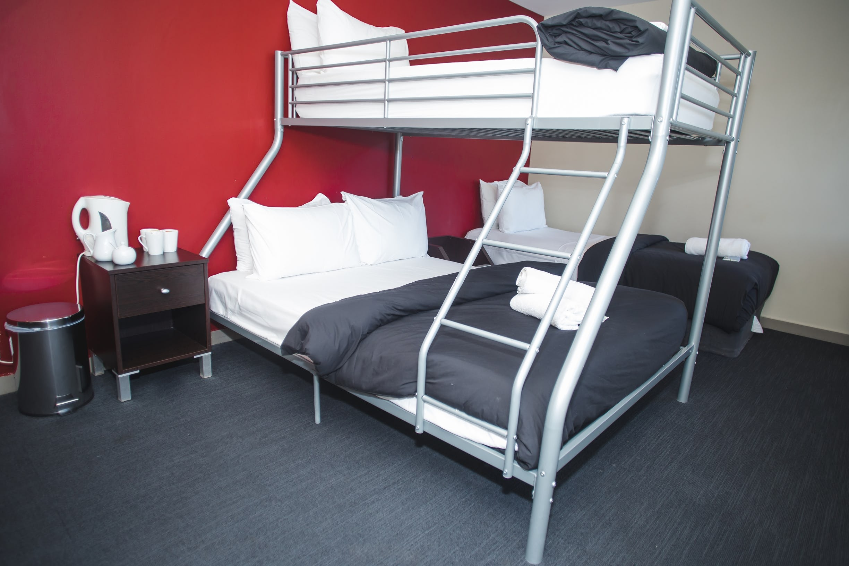 Base皇后镇背包客旅馆的私人大床三人房