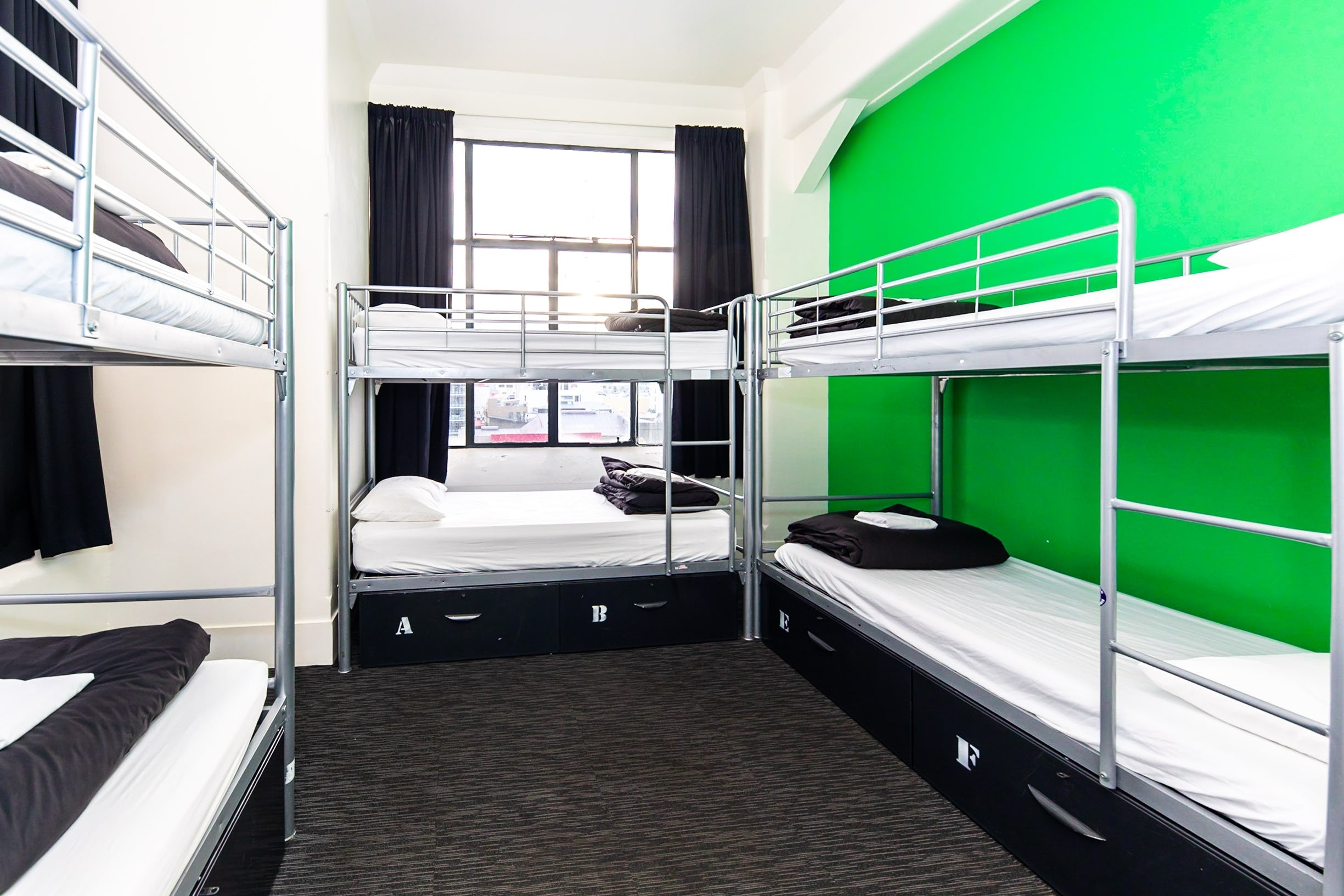 Base惠灵顿背包客旅馆的6床宿舍