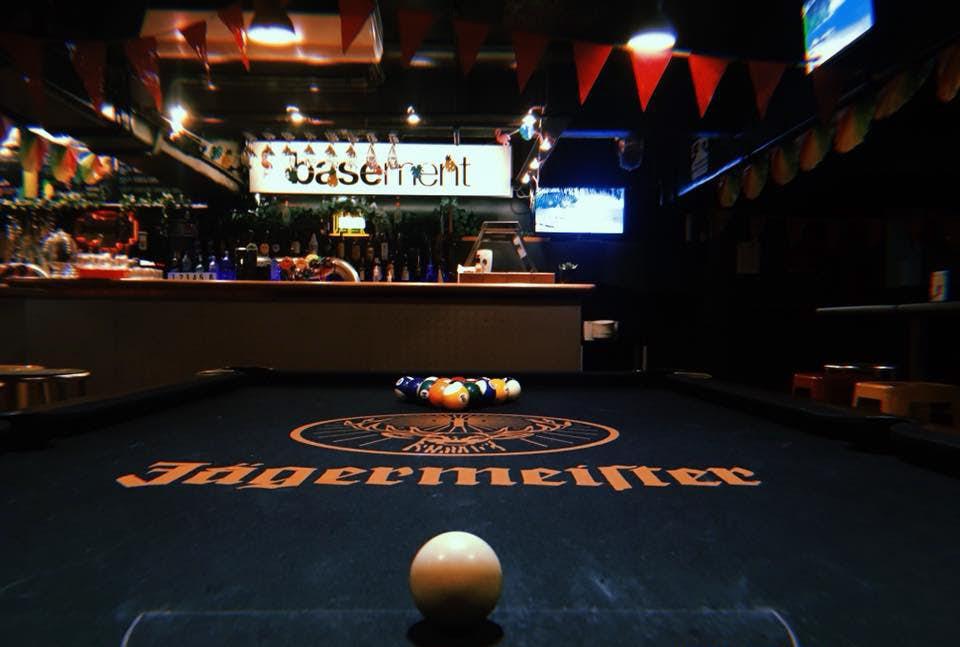 Base惠灵顿背包客旅馆的酒吧pool comp