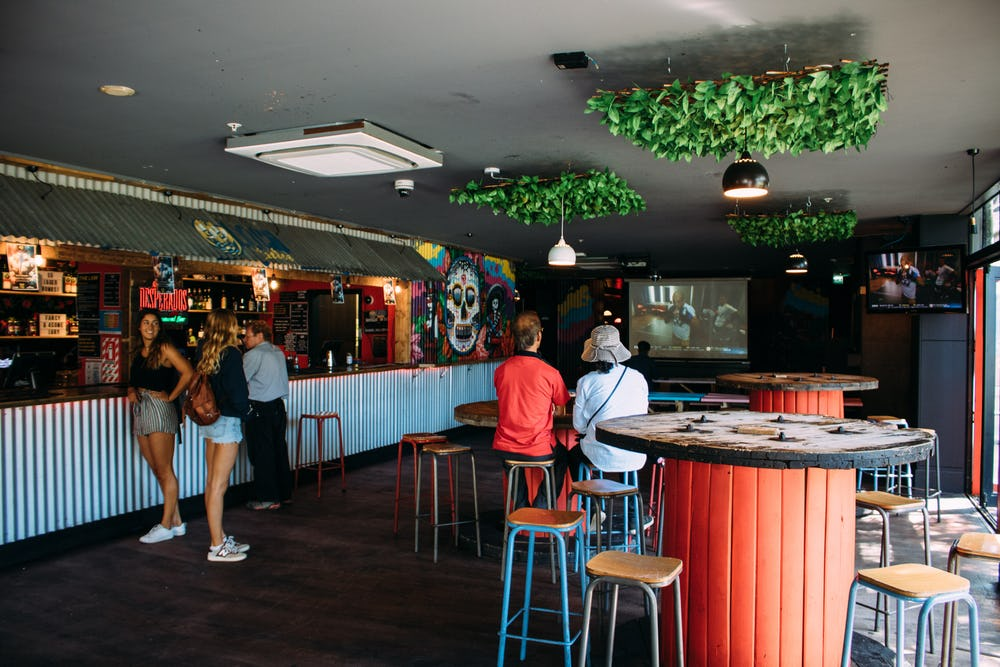 base backpackers queenstown bar