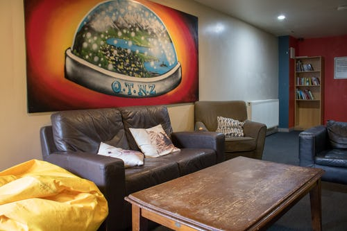 base queenstown backpackers tv lounge
