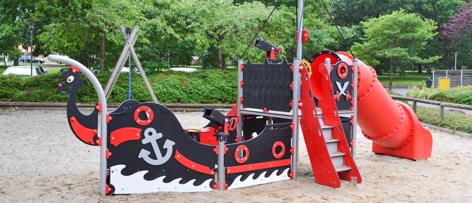 Lekskepp och båtar