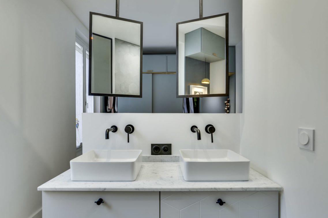 Meuble sur mesure carrelé, double vasque à poser et douche italienne