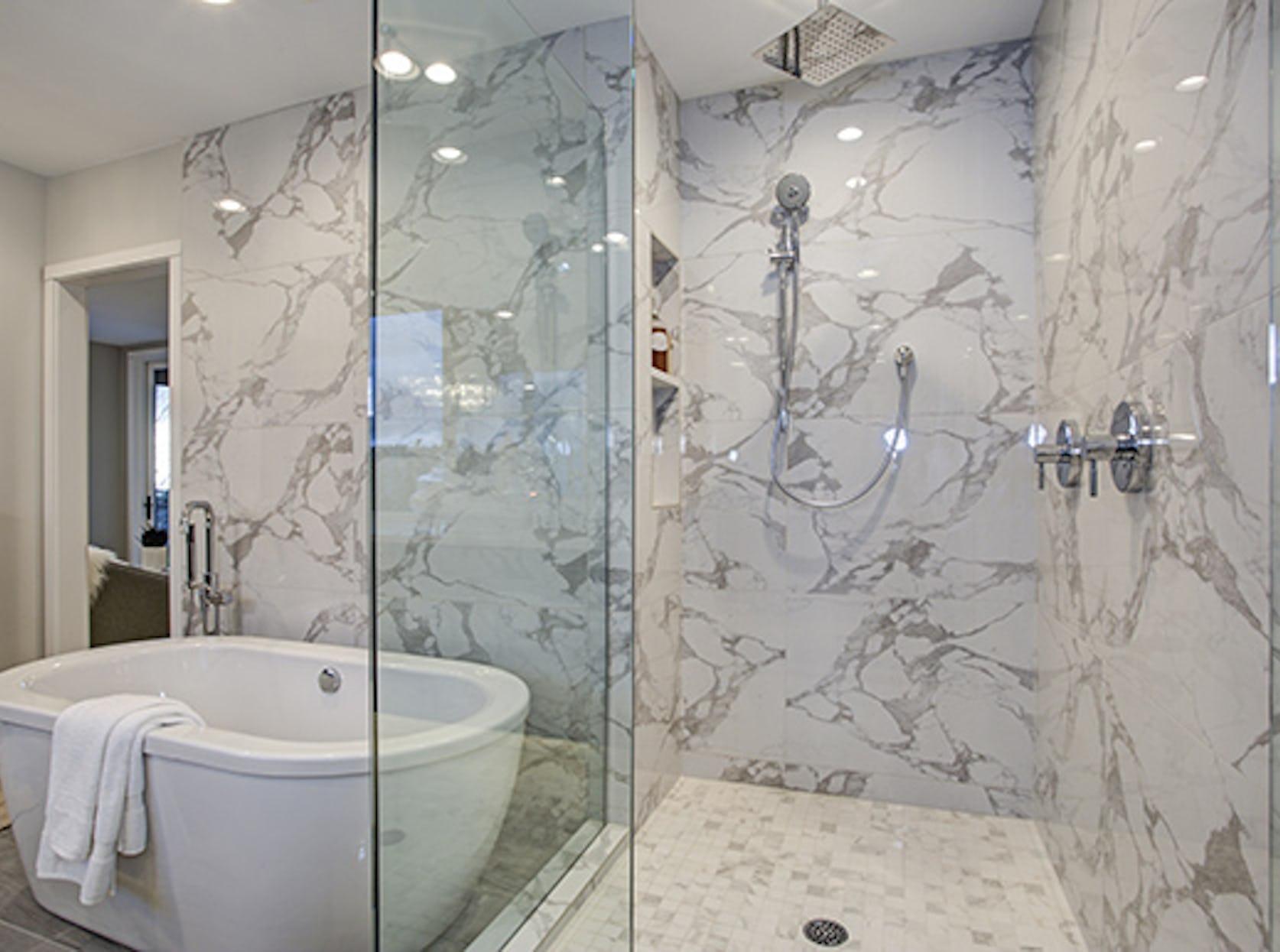 salle de bain avec carrelage mural marbre