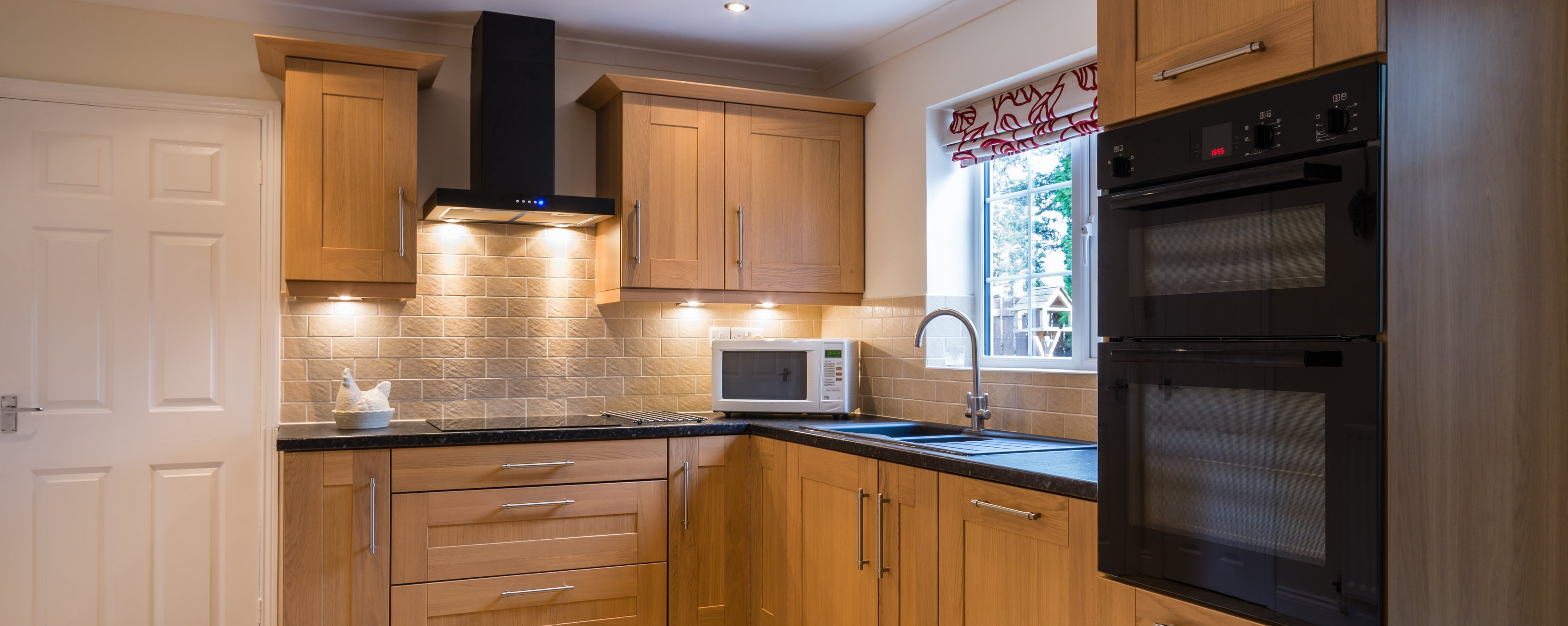 Repeindre une cuisine rustique : la rénovation de vos meubles en chêne