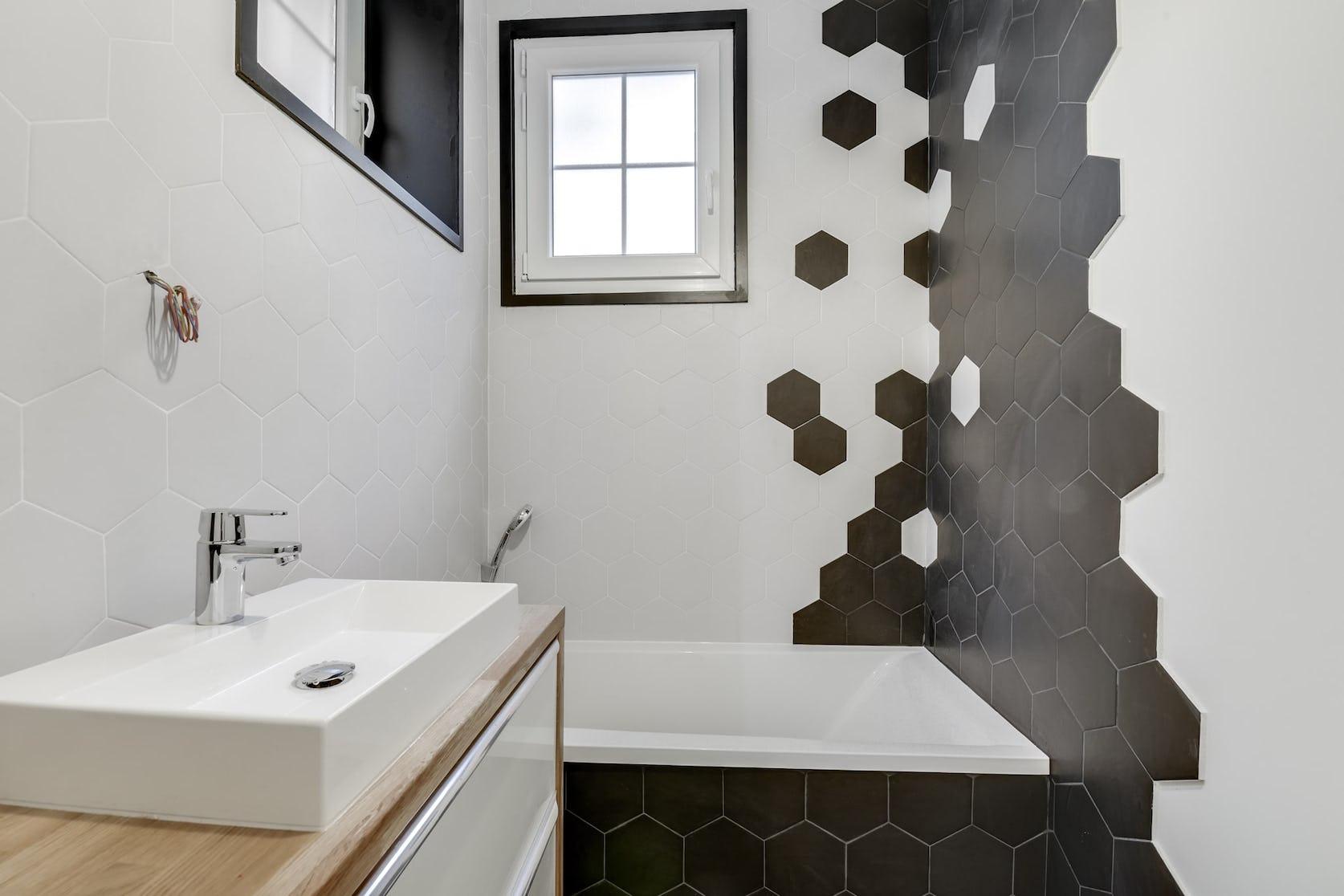 salle de bain carrelage hexagonal bicolore