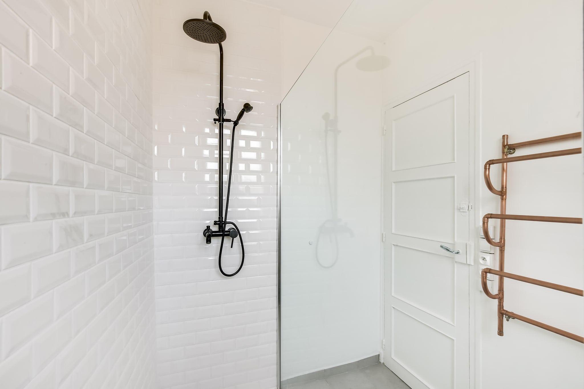 douche mur blanc effet briques Melun
