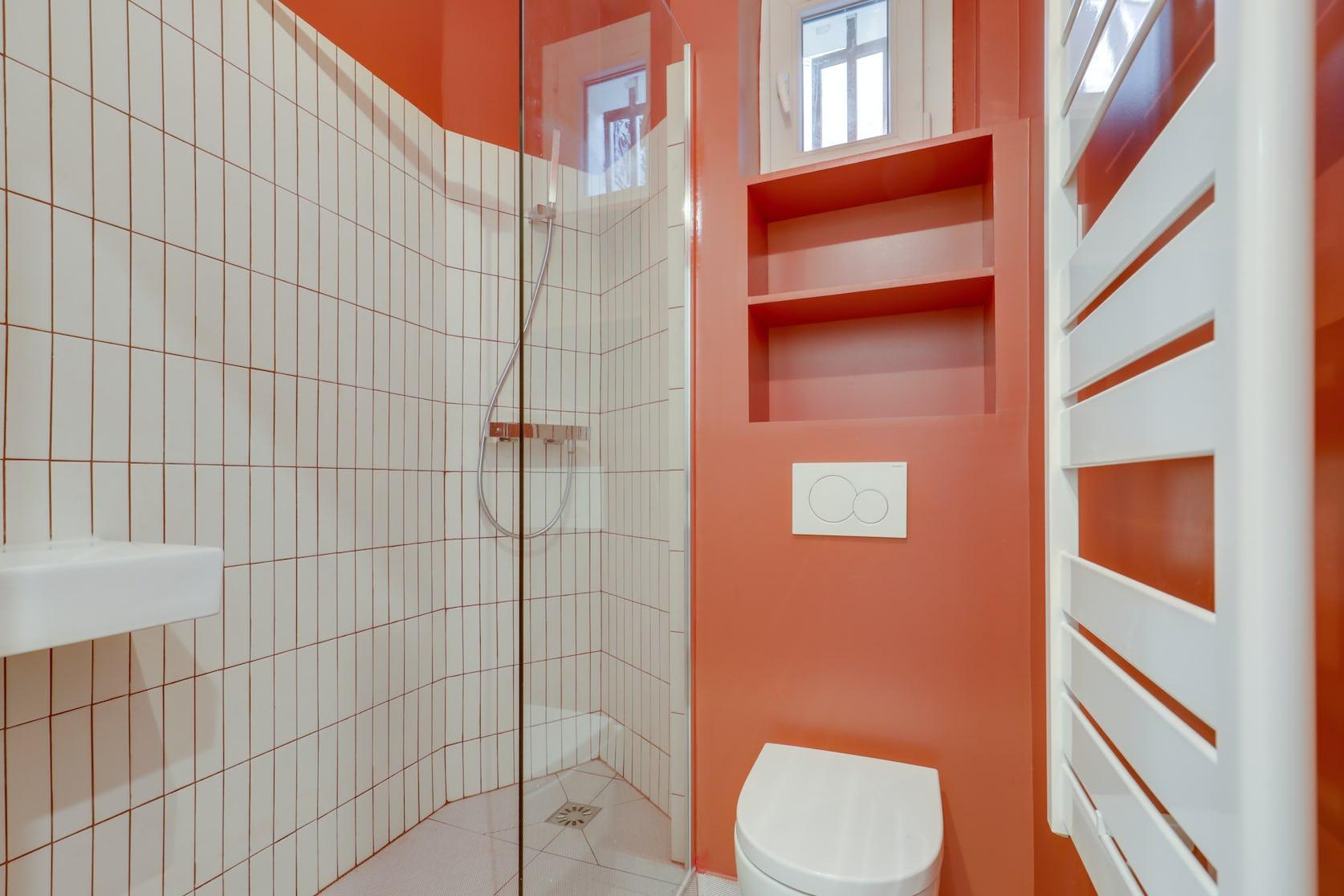petite salle de bains orange