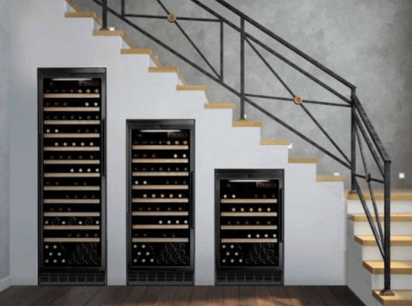 Cave à vin moderne sous l'escalier