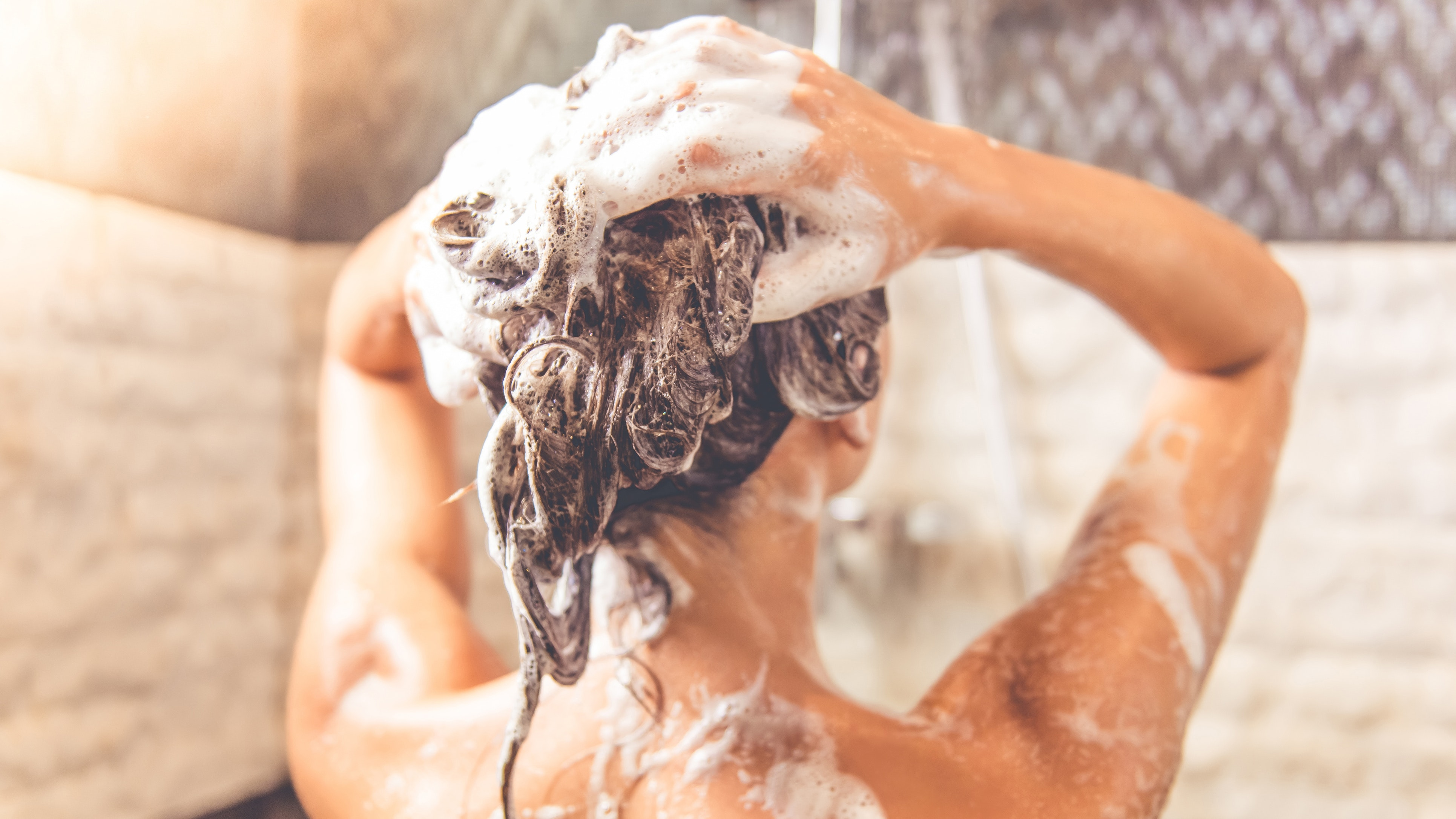 Here's Exactly What to Look For When Shopping For a Natural Shampoo