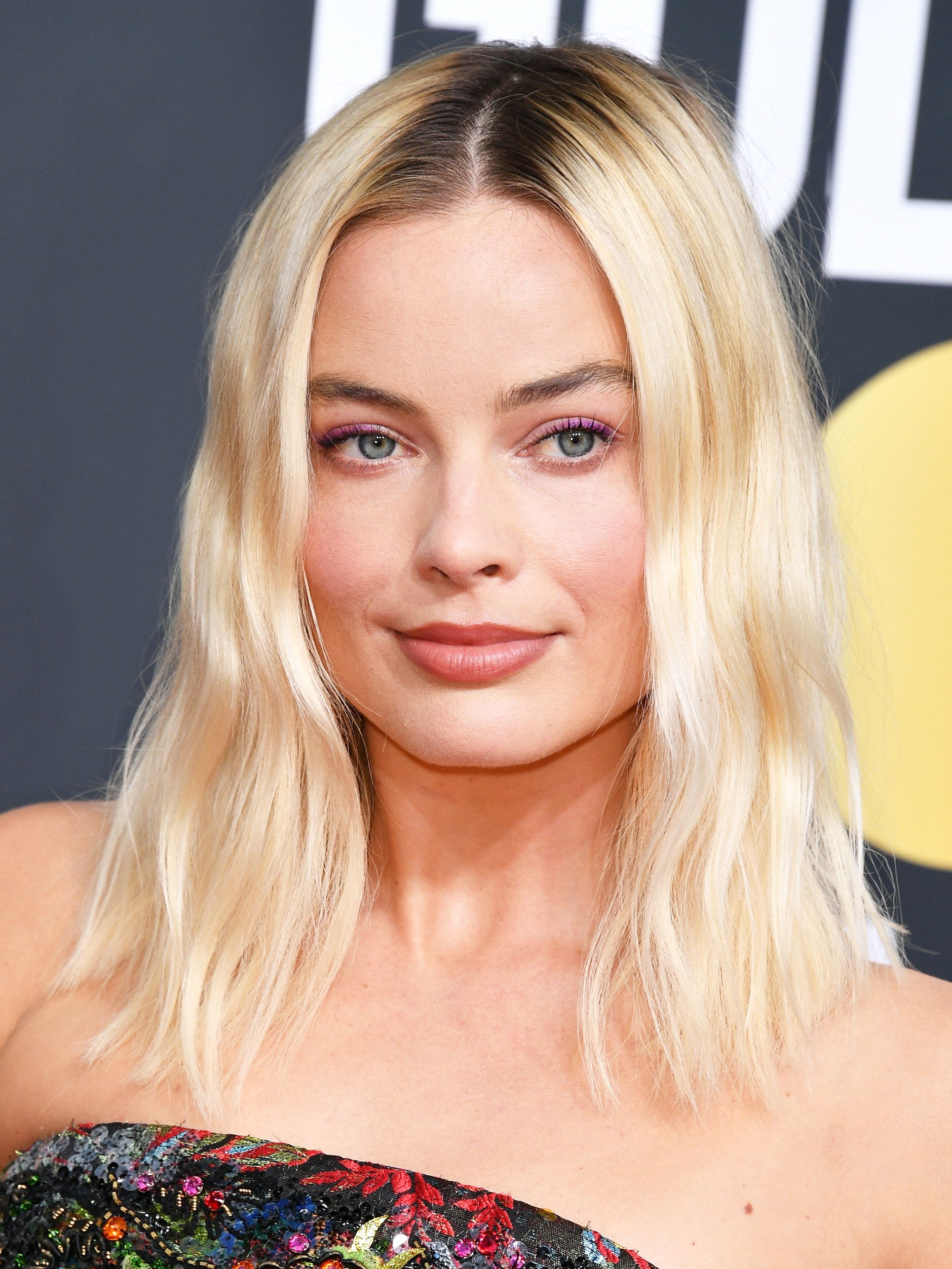 Margot Robbie Golden Globes hair and makeup look