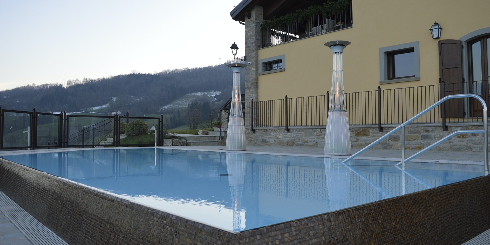 Riscaldatori a gas DolceVita LightFire a bordo piscina