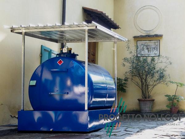 1570790875 cisterna 3000 litri progettonoleggi.jpg?bri= 10&fm=pjpg&fit=clamp&h=450&w=600&mark=https%3a%2f%2fwww.datocms assets.com%2f9425%2f1556889796 group 70