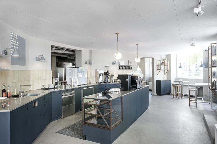 Open kitchen with window seats, reminiscent of Jægersborggade 10.