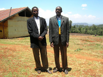 Operational Manager of Kiawamururu Peter Kingori and Chairman of the Kiawamururu factory Patrick Kinyua