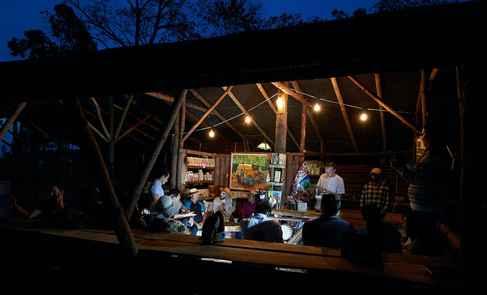 Brewing coffee, playing music, chatting and having a beer at the Eco Lodge near Gigante