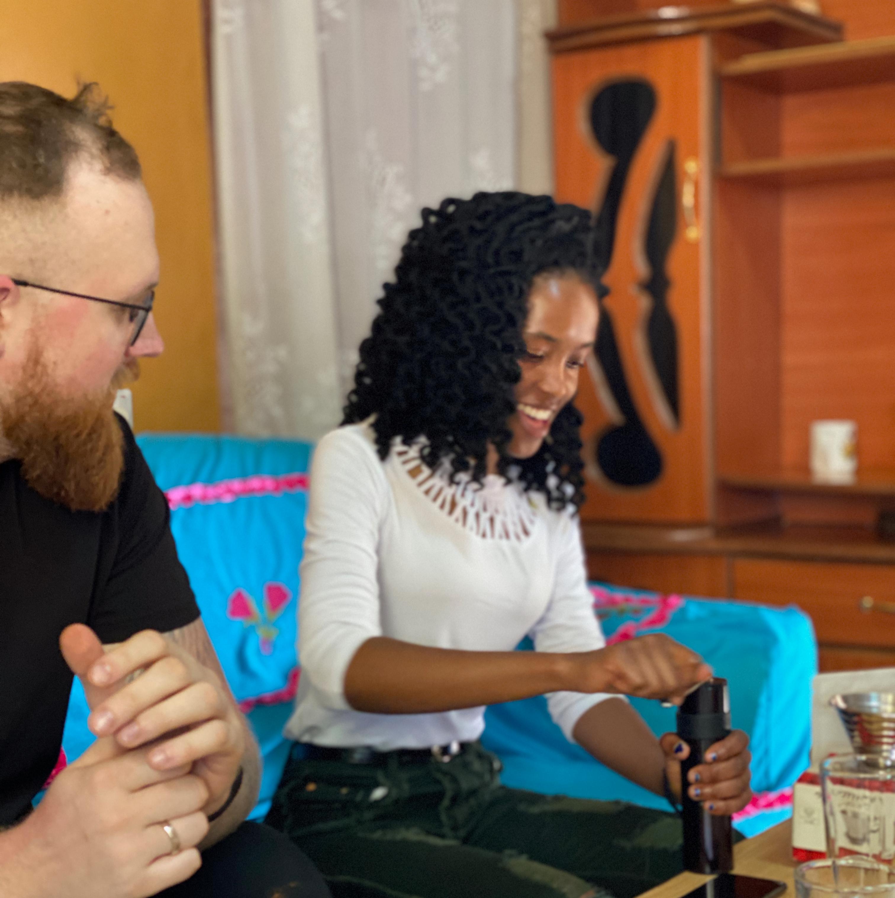 Barchef, Janis viser Veronica hvordan vi brygger kaffe i vores barer